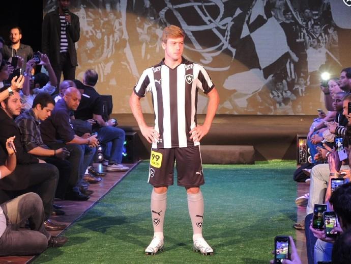 e8c30f9dfac7c via BotafogoDePrimeira  Acabou o mistério  Botafogo apresenta novo uniforme  para a temporada.